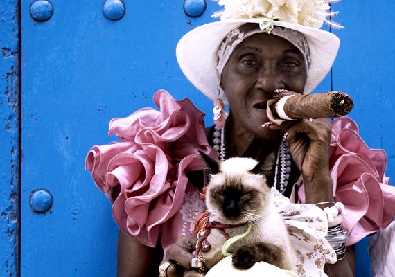 Idős hölgy szivarral és kicsinosított háziállattal - jellegzetes havannai látvány, sokan a turistákkal való fényképezkedéssel keresik meg kenyerüket.