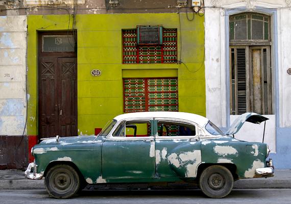 Sok ház előtt megtalálhatók a régmúlt időket idéző, színes automobilok.