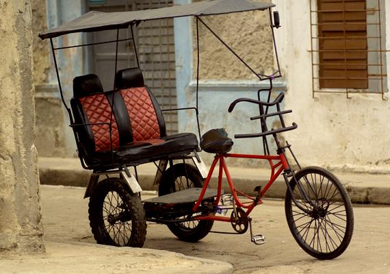 Hangulatos és jellegzetes közlekedési eszköz Havannában a tricikli.