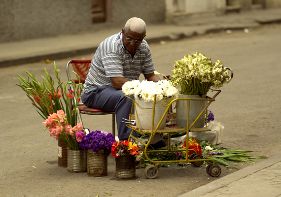 Utcai árus Havannában.