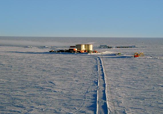 A központ az antarktiszi fennsík legmagasabb pontján található, ami egyúttal a világ legnagyobb sivatagát is jelenti. Sem állat, sem növény nem él itt meg.