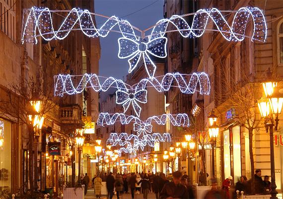 Budapesten nemcsak a Vörösmarty tér, hanem a sétálóutcák is ünnepi díszbe öltöznek.
