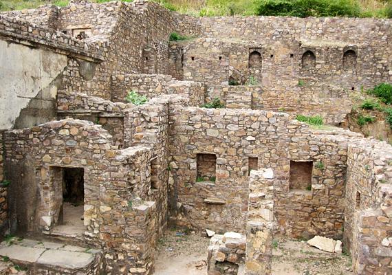 Bhangarh India egyik legrejtélyesebb romvárosa, úgy tartják ugyanis róla, átok sújtja, ami miatt éjjelente eltűnik. A helyiek, sőt, még a hatóságok is arra figyelmeztetnek, napnyugta után tilos megközelíteni a várost - bár valószínűleg ennek oka a vadállatok jelentette kockázat, vannak, akik úgy tartják, nagyobb veszélyt jelentenének az ilyenkor észlelhető paranormális jelenségek. Többet is megtudhatsz a hely legendájáról, ha ide kattintasz!