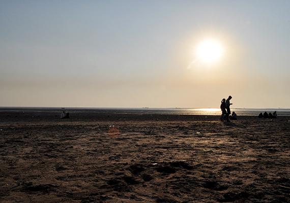 A fekete homokjáról híres Dumas Beach is India egyik legkísértetiesebb helyének tartják, amellett ugyanis, hogy a szóbeszéd szerint éjjel furcsa jelenségek tapasztalhatóak a parton, régi történetek szólnak itteni, rejtélyes eltűnésekről is. Mindezt sokan azzal magyarázzák, hogy a partot a halottak elégetésének helyszíneként is használták - állítólag fekete homok is emberek hamvaival keveredett össze -, kiknek lelkei azóta is jelzik jelenlétüket.