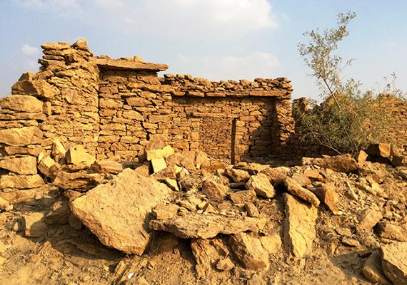 Kuldhara körülbelül 1500 lakója a legenda szerint békében és harmóniában élt, egy éjszaka azonban nyomtalanul eltűntek, lakatlanul hagyva maguk után a mára romossá vált települést. Úgy tartják azonban, távozásuk előtt elátkozták a helyet, ezért is nincs lakója, aki ugyanis ideköltözik, az átok miatt szörnyű halállal hal.