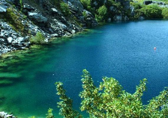Nemcsak a tó kéksége, hanem a környéke is rendkívül pazar látványt nyújt. A helyiek többsége a városi legenda miatt azonban inkább távol tartja magát tőle.