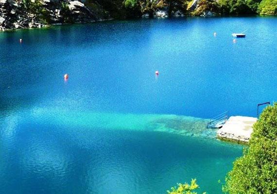Vizének páratlanul kék árnyalata a szóbeszéd szerint annak köszönhető, hogy festéket engednek a tóba. Ez nem túl valószínű, mert a víz így nem lenne üvegesen áttetsző.