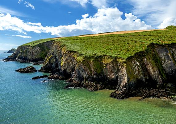 Gyönyörű és egyben félelmetes: olyan látványt nyújtanak a sziklák, mintha csak kettétörték volna a szárazföldet.