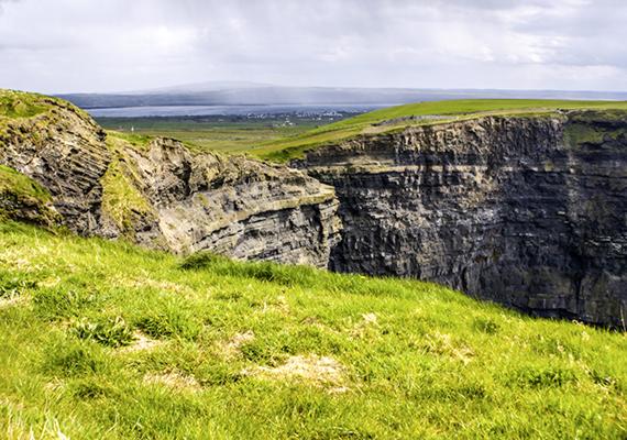 Évente körülbelül egymillió utazó kíváncsi a páratlan természeti csodára.