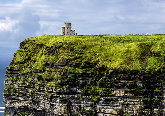 A szinte teljesen függőleges sziklák meredeken magasodnak az Atlanti-óceán fölé - a legmagasabb pontnál 214 méterrel.