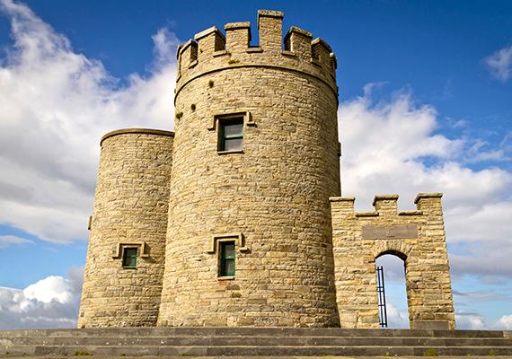 Az O'Brien-torony a környék ikonikus építménye: 1835-ben építtette Sir Cornelius O'Brien, meglepő módon már akkor a turisták számára. A maga korában úttörőnek számító férfi ugyanis hitt abban, hogy a turizmus fellendítése a gazdaságra is jó hatással lehet, és segíthet az embereknek kilábalni a szegénységből.