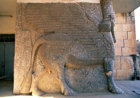 Ninive után nagyjából 30 kilométerrel odébb mentek, és Kalhu, vagy ismertebb nevén Nimrud városát vették célba, ahol királyi sírok, szobrok és a kalhui palota vált semmissé.