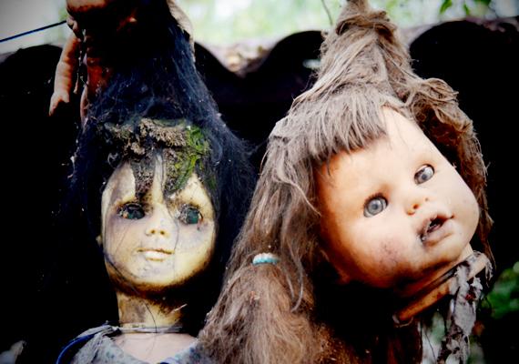Egyesek úgy tartják, a babákban élő démonok ölték meg, lelke pedig csatlakozott a sziget kísérteteihez.