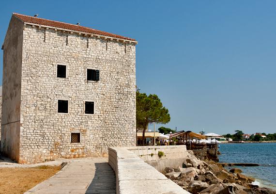 Jellegzetes horvát épület Umag tengerpartján. A város gazdag történelmi múltat tudhat a magáénak, már a római időkben is létezett.