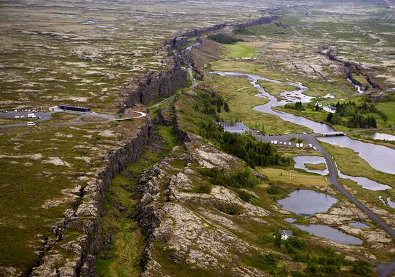 A Þingvellir Nemzeti Park területe fontos történelmi helyszín - a korai telepesek itt alapították meg a világ első parlamentjét -, emellett azonban olyan természeti csoda látványa tárul itt az utazók szeme elé, melyhez hasonlót csak kevés helyen látni, a földfelszínen is szembeötlő ugyanis az a törésvonal, mely az európai és amerikai kőzetlemez távolodását jelzi - a lemezek évente 20 milliméterrel távolodnak egymástól. Ha még több képet néznél meg, kattints ide!