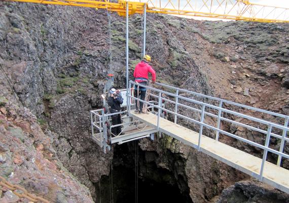 Így engedik le a turistákat a mélybe. A biztonságuk elsődleges szempont a túrák szervezői számára.