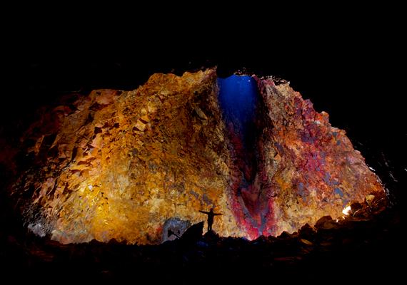 A turisták 120 méter mélyre ereszkedhetnek a Thrihnukagigur vulkán belsejébe.