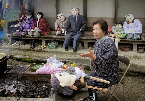 Tsukimi Ayano az eldugott, de festői környezetben fekvő Nagoróban töltötte gyermekkorát, mint ahogy azonban oly sokan, a munkalehetőségek hiánya miatt idővel ő is elköltözött a faluból. Időskorában visszatért, ekkorra azonban a település igazi kísértetfaluvá változott, lakóinak száma ugyanis jelentős mértékben csökkent.