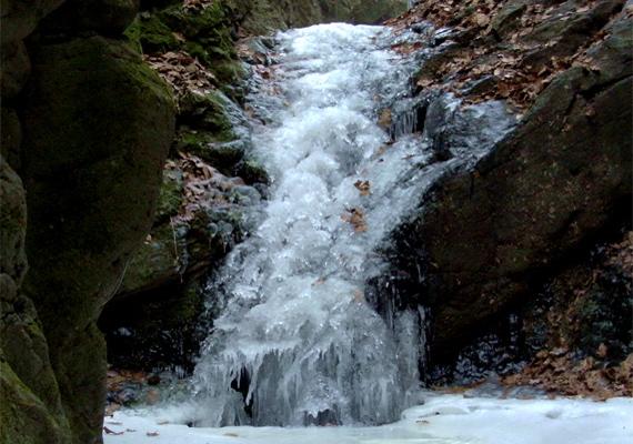 A Mátrában található Tarjánka-szurdok vízesése, jégbe burkolózva. Kattints ide a háttérképért!