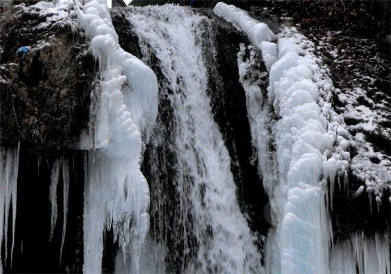 A lillafüredi vízesés is egyedülálló, fagyos csodává válik a hidegben. Kattints ide a háttérképért!