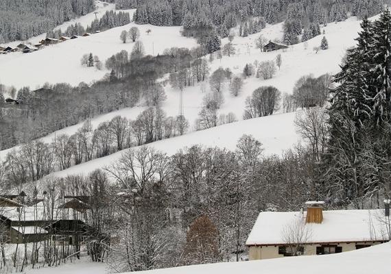 Havas táj a francia Alpokban. Kattints ide a háttérképért!