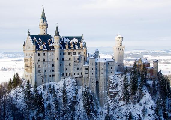 A bajorországi Neuschwanstein-kastély minden évszakban gyönyörű. Télen mintha csak a hókirálynő otthona lenne. Kattints ide a háttérképért!