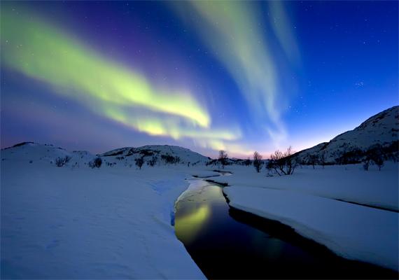 A havas norvég tájat az északi fény teszi még gyönyörűbbé. Kattints ide a háttérképért!