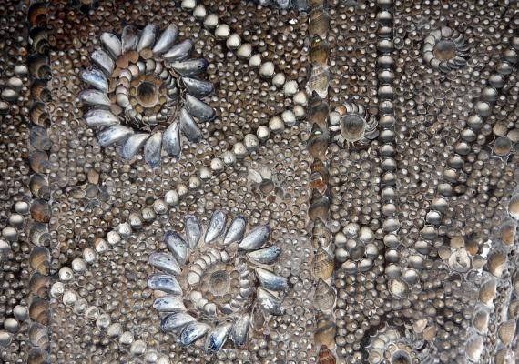 A számtalan mozaikszerű minta között a csillagokon kívül gyönyörű virágmotívumok és állatok is láthatóak. A barlang csodálatos díszítettsége aprólékos, nagy türelmet igénylő munkát feltételez.