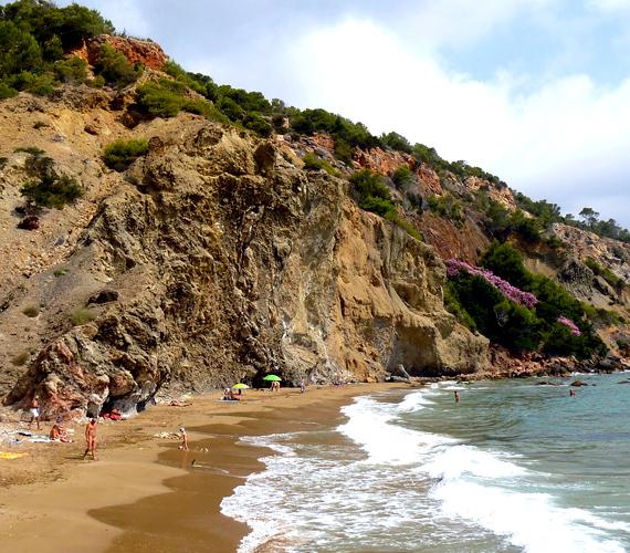 A széles fövenyéről és homokdűnéiről ismert, spanyolországi Playa d'Es Cavallet a legnagyobb hivatalos nudista úti cél Ibiza szigetén.