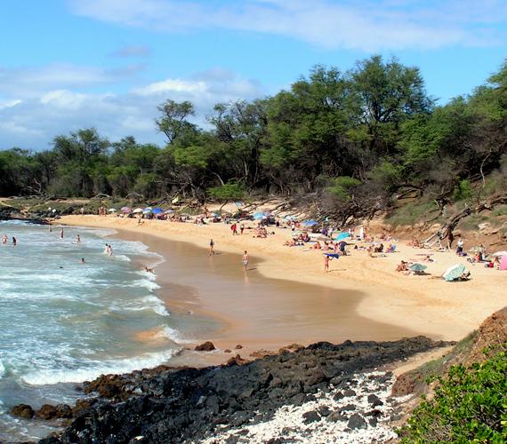 A hawaii Mauin található Little Beach a környék legnépszerűbb nudista strandja, annak ellenére, hogy a naturista fürdőzés tilos az államban.