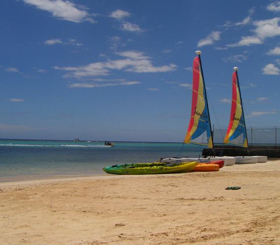 Az édeni Jamaicában található Ochos Rios egy különálló sziget, mely teljes területével a naturistákat várja.