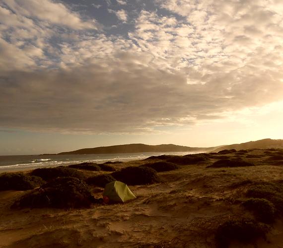 Az ausztráliai, fél mérföld hosszú, fehér homokos Samurai Beach igazi paradicsom azoknak, akik a természet közelségét keresik.