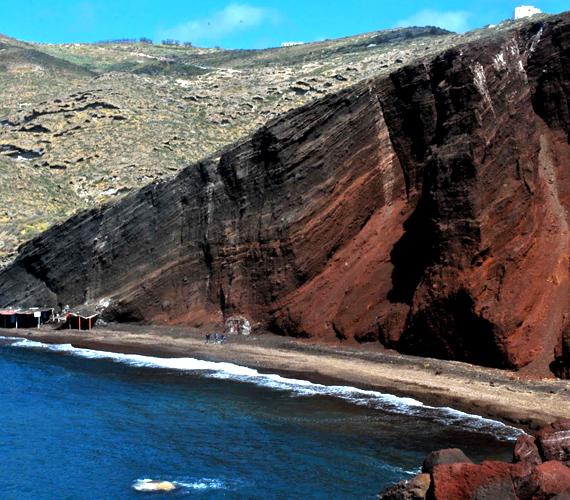 A görögországi Krétán található Red Beach vörös homokkő szikláiról, ókori romjairól, azúrkék tengervizéről és naturistáiról híres.