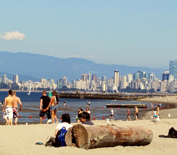 A vancouveri Wreck Beach nemcsak meztelen testeiről, de páratlan élővilágáról és karneváli hangulatáról is híres.