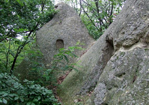 Kaptárkő Egernél. A magasságukat tekintve 1-15 méter közötti, süveg formájú, csúcsos sziklák a vulkanikus eredetű, puhább kőzetek erodálódása révén jöttek létre.