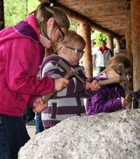 Radenthein-ben található Európa legnagyobb gránát-lelőhelye. A Granatiumban nem csupán múzeumi tárlatvezetés során ismerheted meg a féldrágakő természetét és történetét, de kicsik és nagyok egyaránt részt vehetnek a munkálatokban.