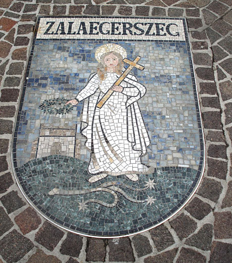 Tudtad, hogy Zalaegerszeg már 1986 óta Klagenfurt testvérvárosa? Az önkormányzati és ifjúsági kapcsolatok mellett számos zalai művészt is fogad Klagenfurt - illetve fordítva is. Minderre a karintiai város egyik terén látható címer is utal.