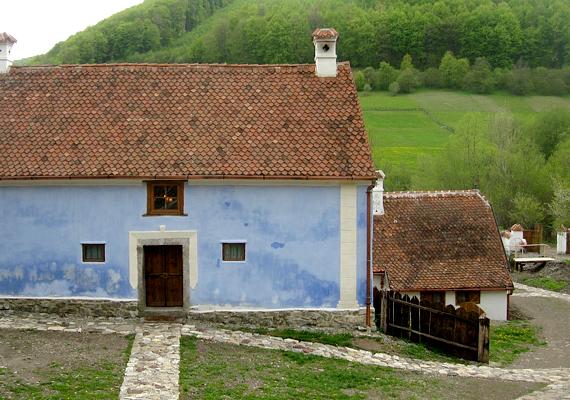 A környezet is festői: a Kovászna megyei falu két patak partján, illetve a Baróti-hegység belsejében fekszi, ugyanakkor közel van Sepsiszentgyörgyhöz.