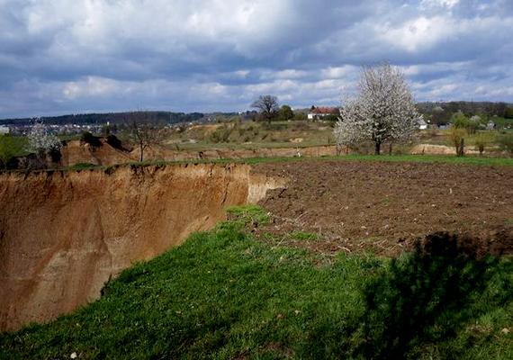Aknaszlatinán már az Osztrák-Magyar Monarchia idején is ipari mennyiségű sót bányásztak. A Szovjetunió felbomlása után azonban a bányák többségét bezárták, a korábbi robbantások miatt a tárnák ugyanis beomlottak - ma ilyen hatalmas lyukakat látni a helyükön. A környéken sós tavak is találhatók, a 19. század óta gyógyfürdő is működik itt.