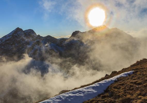 A Fogarasi-havasok Romániához, a Kárpátok déli hegységeihez tartozik: keletről a Barca-patak völgye, nyugatról pedig az Olt-folyó határolja. 1800 méterig erdő borítja, fölötte azonban már csak a hó és a kopár sziklák.