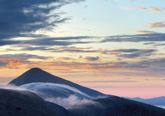 Ez a Hoverla, mely a Máramarosi-havasokban emelkedik. A csúcs 2061 méter magas, amivel Ukrajna, illetve a Kárpátok ukrán területre eső részének legmagasabb pontjának számít.