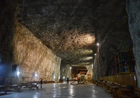 Az erdélyi parajdi sóbánya Európa egyik legnagyobb sótartalékával rendelkezik, a környék bányászati tevékenysége pedig egészen a rómaiak idejére vezethető vissza. Az 1960-as évektől gyógykezelés is folyik itt, a sóval a légúti betegeket kezelik.