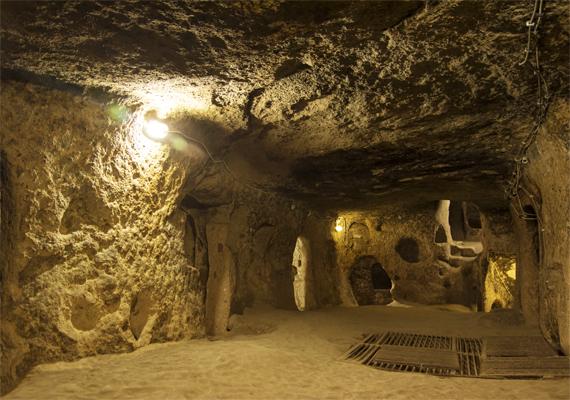 A föld alatt olyan alagútrendszert építettek ki, mely több száz folyosóból áll. Erre szükség is volt, hiszen a becslések szerint körülbelül három-ötezer embernek adott otthont az építmény.