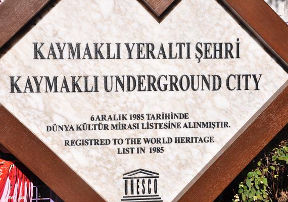 Tábla hirdeti, hogy Kaymakli 1985 óta az UNESCO Világörökség része. Bár Kaymakli a legszélesebb, Derinkuyu a legmélyebb föld alatti város a környéken: kattints, és meg is nézheted!