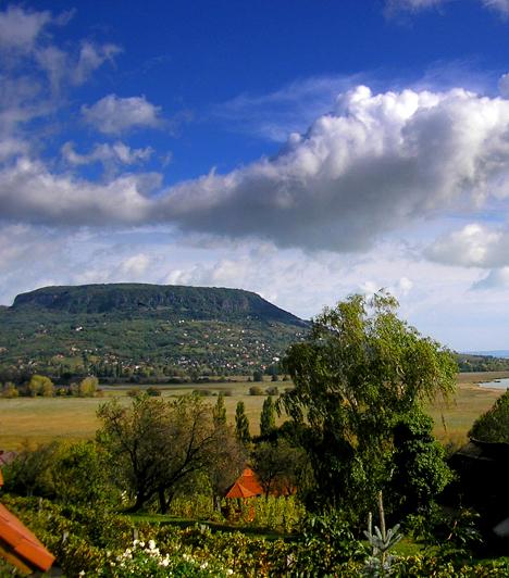BadacsonyA Tapolcai-medence legmagasabb tanúhegyének számító Badacsony a magyar tenger két öble közé ékelődve a Balaton-felvidék egyik legfontosabb jelképévé vált. A hegyre felkapaszkodva nem csupán a mesebeli kilátásban gyönyörködhetsz, de a helyi borospincéket is meglátogathatod, nem beszélve arról, hogy a túraútvonalat kedves kis éttermek szegélyezik.