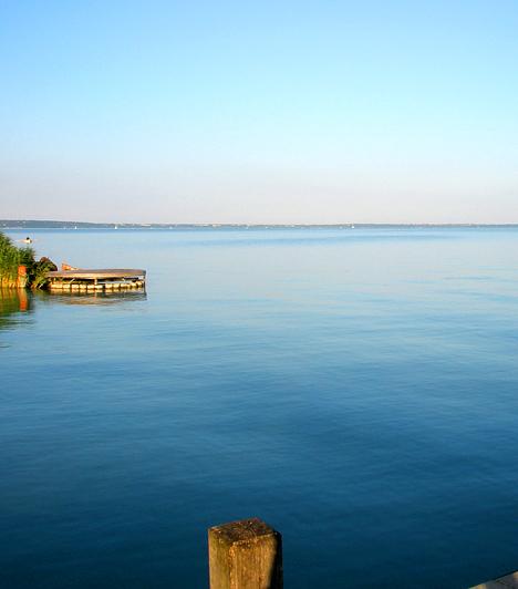 Balatonalmádi  Az Öreg-hegy tó felőli oldalán fekvő Balatonalmádit két oldalról dombok ölelik körül, ami még festőibbé teszik fekvését. A település legnépszerűbb látnivalói közé tartozik az Öregpark, melyet a múlt század elején alakítottak ki, Petőfi, Kossuth és Rákóczi szobraival, a Sóhajok hídjával és az Örökmécsessel. A park látnivalói közé tartozik továbbá a század eleji mintára újjáépített Zenepavilon és az 1928-ban épült Liget kávéház is. Mindemellett Almádi vitorláskikötője is kihagyhatatlan.