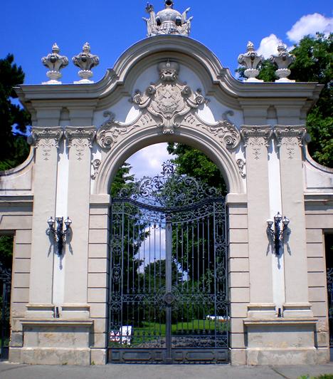 KeszthelyA Balatoni régió egyik leglátogatottabb városának számító Keszthely nem csupán gyönyörű vízparttal rendelkezik, de itt található a mesebeli Festetics-kastély is, mely az ország egyik legjelentősebb műemléképülete. Parkja természetvédelmi terület, de körbesétálható, csakúgy, mint a mólóhoz közel található Helikon-liget.Kapcsolódó videó:Egy elképesztő kastély Magyarországon »