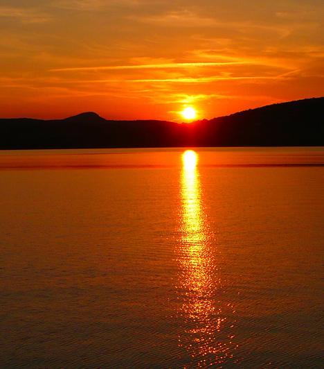 RévfülöpRévfülöpöt a Balaton-átúszásról szinte mindenki ismeri, minden évben ezrek kelnek útra az itteni partról. A település ligetes-fás strandja sokak kedvence, de a Fülöp-hegyre is érdemes felkapaszkodni, ahonnan csodás kilátás nyílik a környékre. A legjobb a magyar tengert a Millennium-kilátóból megszemlélni, mely 2001-ben, a magyar államalapítás ezeréves évfordulójának emlékére épült meg.Kapcsolódó galéria:20 érdekes tény a Balatonról »