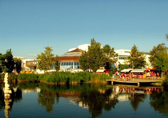 A szintén fürdővárosként ismert Hajdúszoboszló 719 131 vendégéjszakával a dobogó harmadik helyét szerezte meg.
