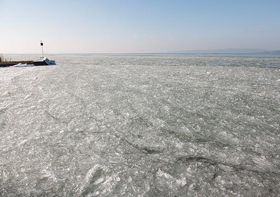 Télen, jégpáncélt öltve is csodaszép a magyar tenger.